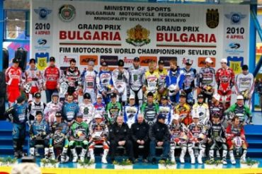 group-shot-podium-mx1